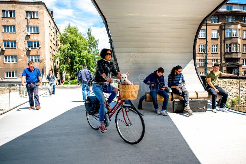 Povos na ponte moderna em Sarajevo imagens de stock