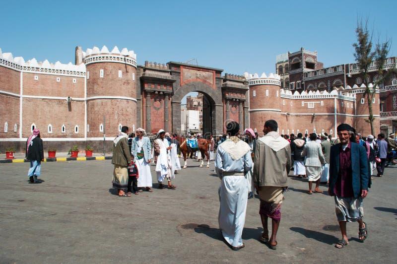 Povos na porta Bab Al Yemen, a entrada principal no mercado de sal, suq, na cidade velha de Sana'a, Iémen fotografia de stock royalty free