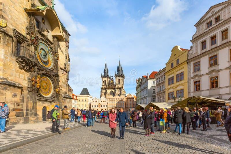 Povos na praça da cidade velha, olhar fixo Mesto, República Checa imagem de stock