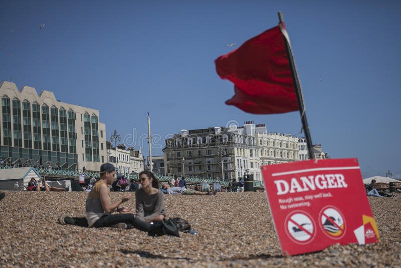 Povos na praia, Brigghton imagens de stock royalty free