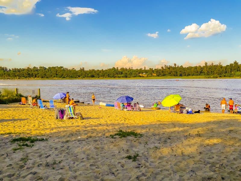 Povos na praia, Canelones, Uruguai imagens de stock royalty free