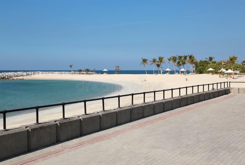 Povos na praia na cidade de Sharjah, Emiratos Árabes Unidos fotos de stock