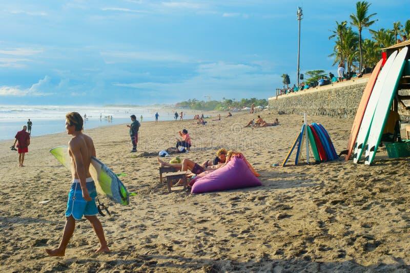 Povos na praia de Bali do por do sol foto de stock