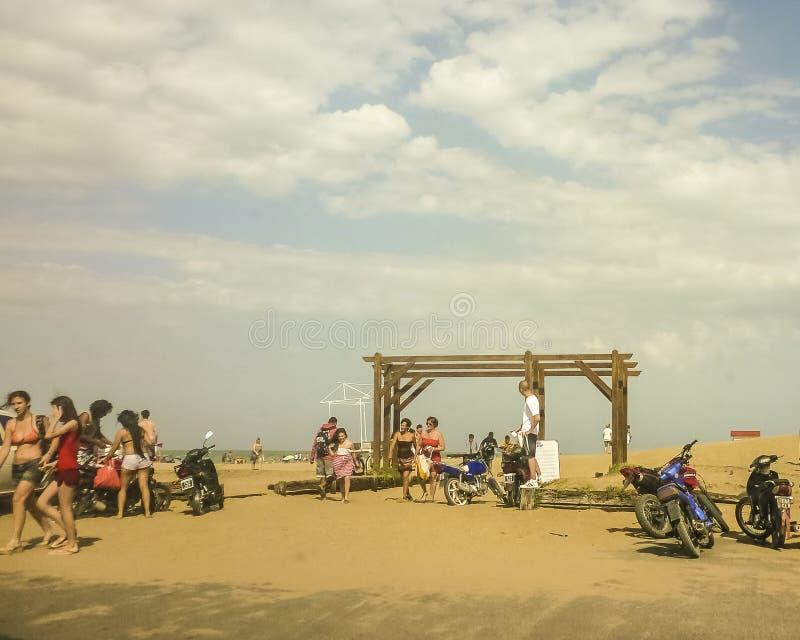 Povos na praia de Pinamar em Argentina imagem de stock