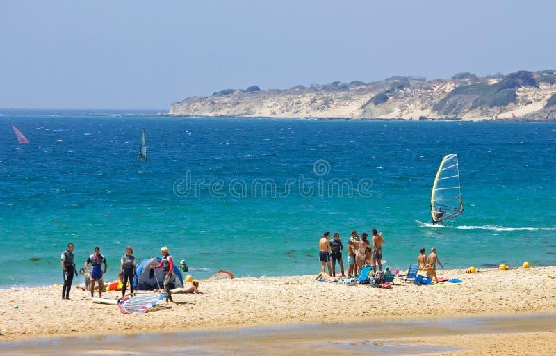 Povos na praia kitesurfing ativa ocupada em Spain imagens de stock