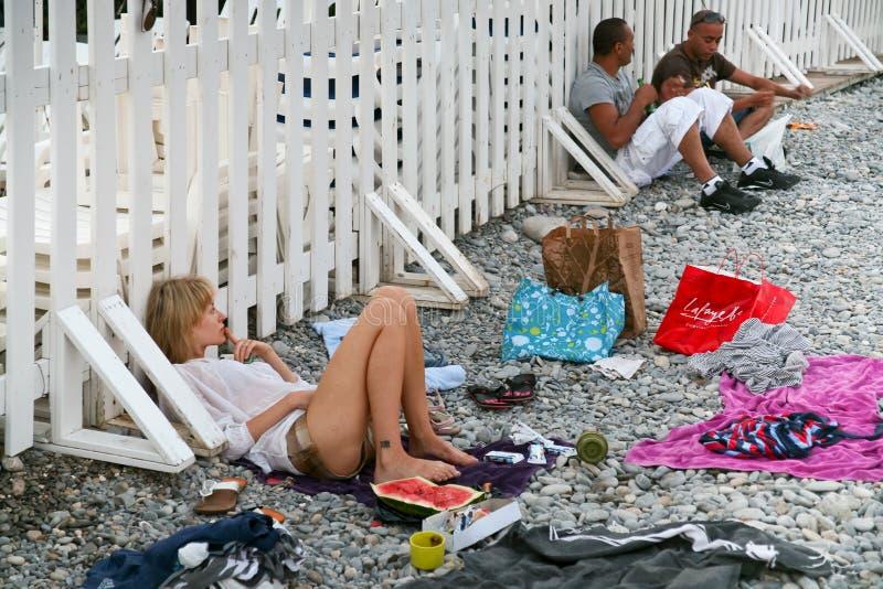Povos na praia pebbly em agradável, France fotos de stock royalty free