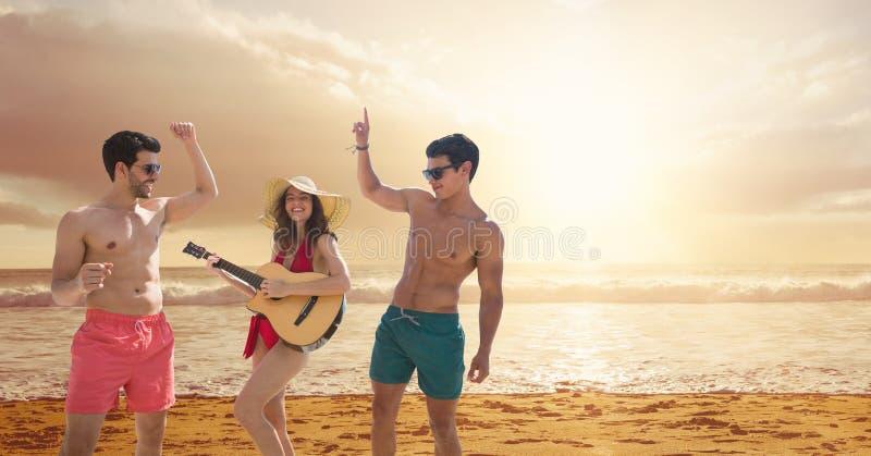 Povos na praia que joga a guitarra e a dança imagens de stock royalty free