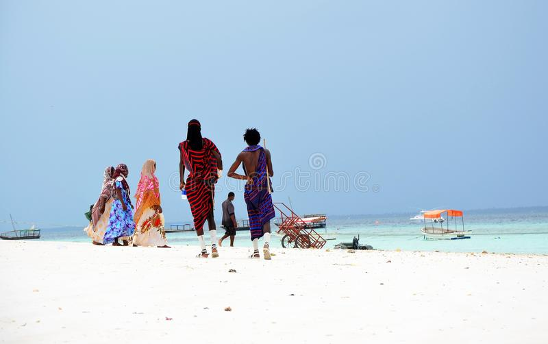 Povos na praia, Zanzibar do Masai e dos muçulmanos foto de stock