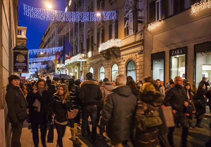 Povos na rua da compra na cidade de Roma na noite imagens de stock royalty free