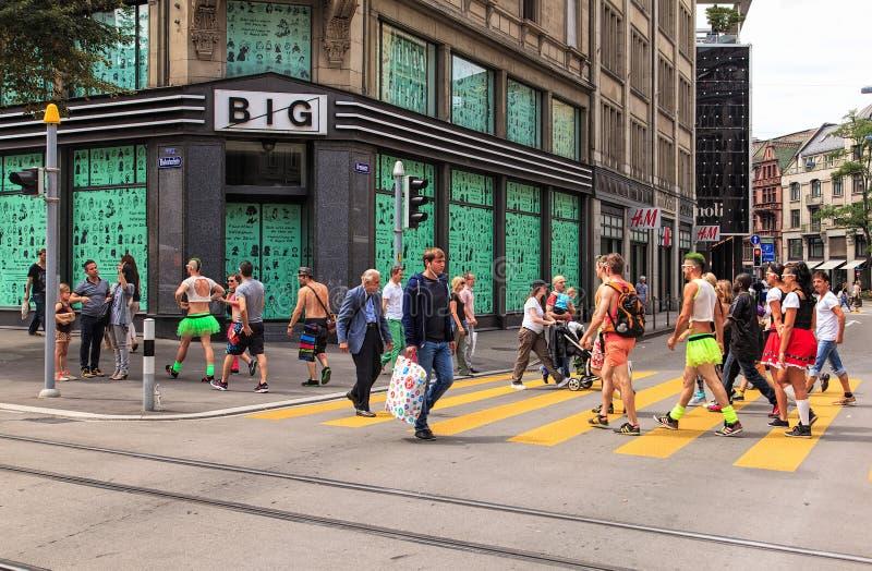 Povos na rua de Bahnhofstrasse curto antes do começo do th imagem de stock royalty free