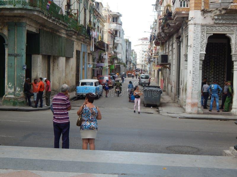 Povos na rua de Havana Cuba Em fevereiro de 2015 imagens de stock royalty free