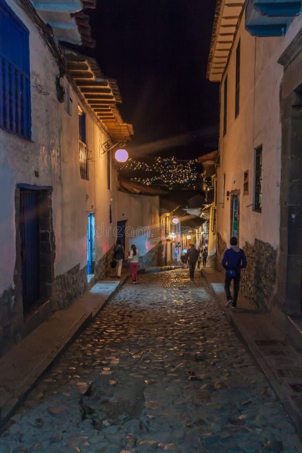 Povos na rua no centro de Cuzco imagens de stock
