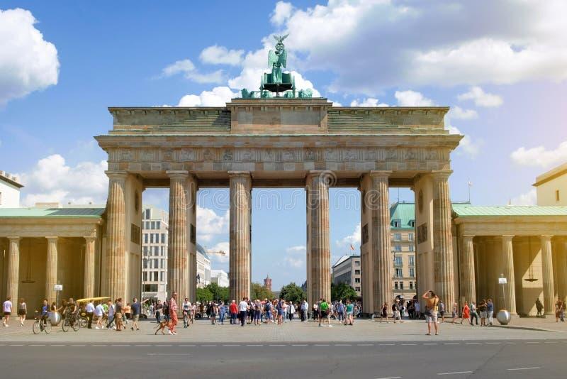 Povos na rua no Tor de Brandenburger no dia de verão em Berlim, Alemanha fotografia de stock royalty free
