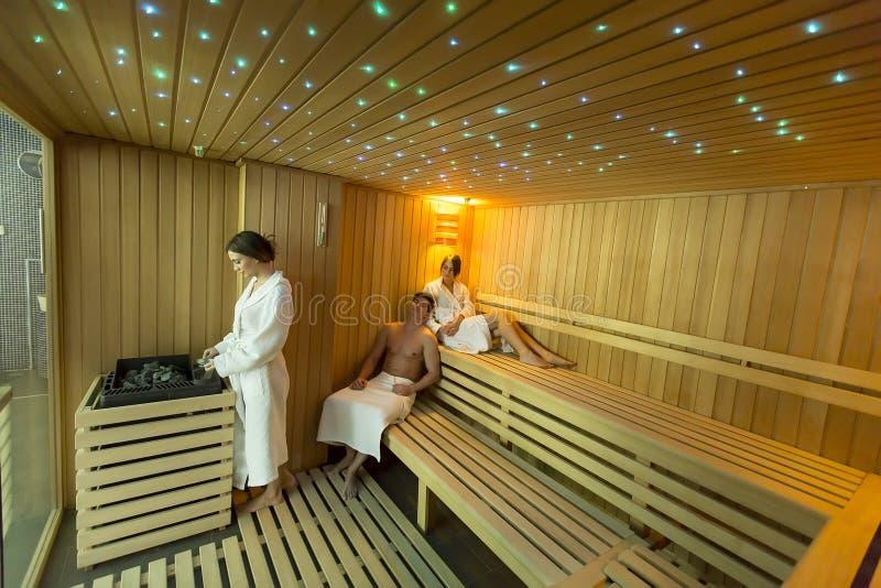 Povos na sauna imagens de stock