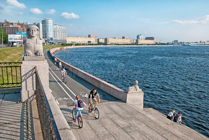 Povos na terraplenagem de Sverdlovskaya em St Petersburg Rússia imagens de stock