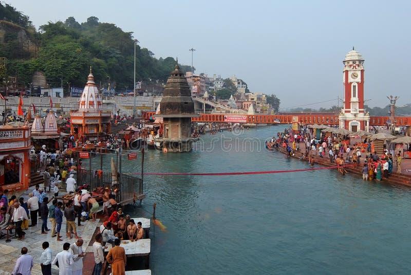 Povos na terraplenagem do rio de Ganga, Har Ki Pauri Har Ki Pauri é um ghat famoso nos bancos do Ganges em Haridwar foto de stock