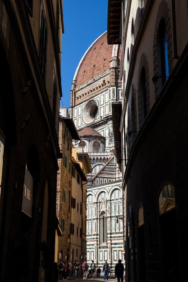 Povos nas ruas bonitas em torno de Florence Cathedral fotografia de stock