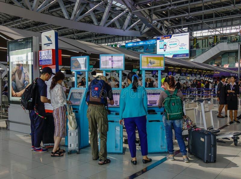 Povos no aeroporto de Banguecoque foto de stock royalty free