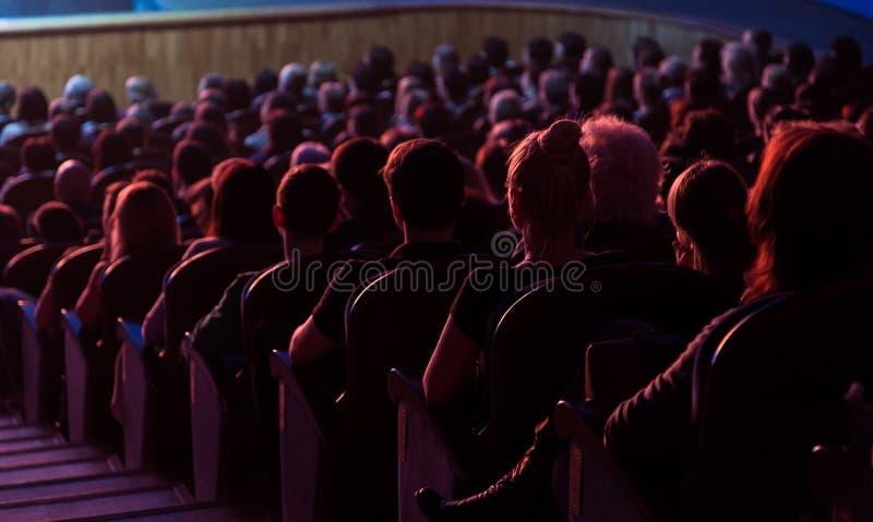 Povos no auditório que olha a fase Tiro da parte traseira fotos de stock royalty free