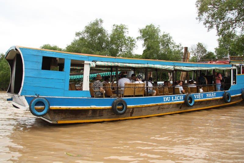 Povos no barco de turista, delta de Mekong fotografia de stock royalty free