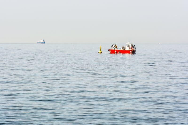 Povos no barco vermelho, golfo de Trieste, Itália imagens de stock royalty free