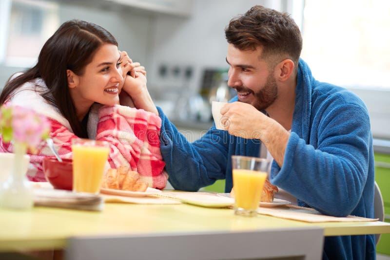 Povos no café bebendo da manhã do amor fotos de stock royalty free