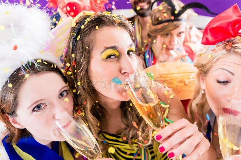 Povos no champanhe bebendo do partido foto de stock
