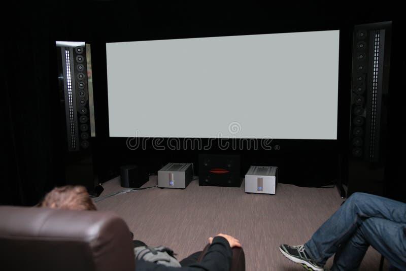 Povos no cinema home foto de stock