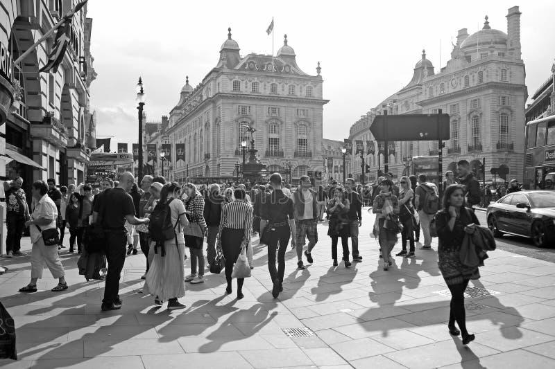 Povos no circo de Piccadilly em Londres imagem de stock royalty free
