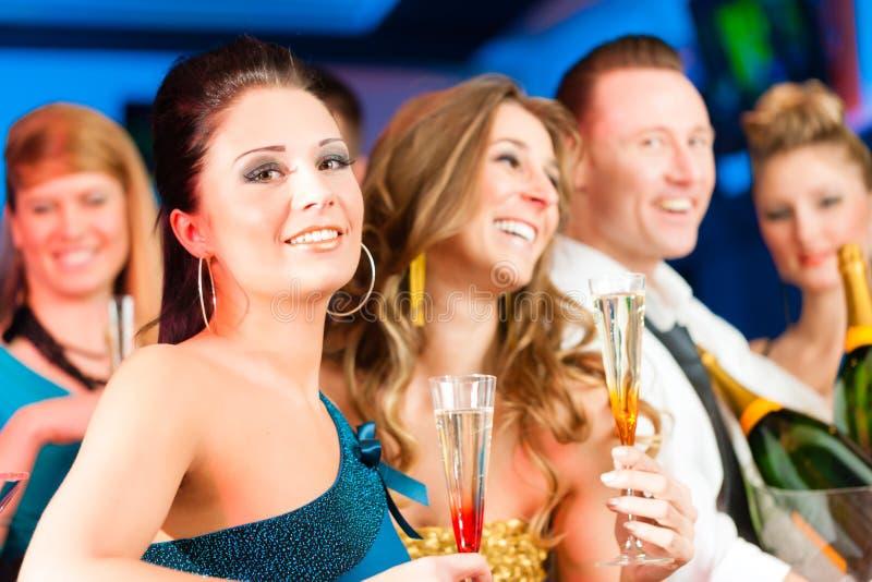 Povos no clube ou no champanhe bebendo da barra imagens de stock royalty free