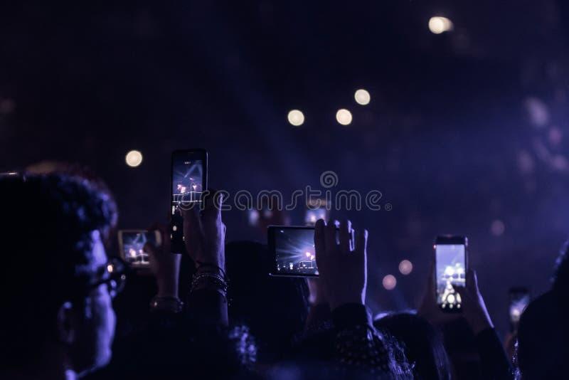 Povos no concerto da música ao vivo foto de stock