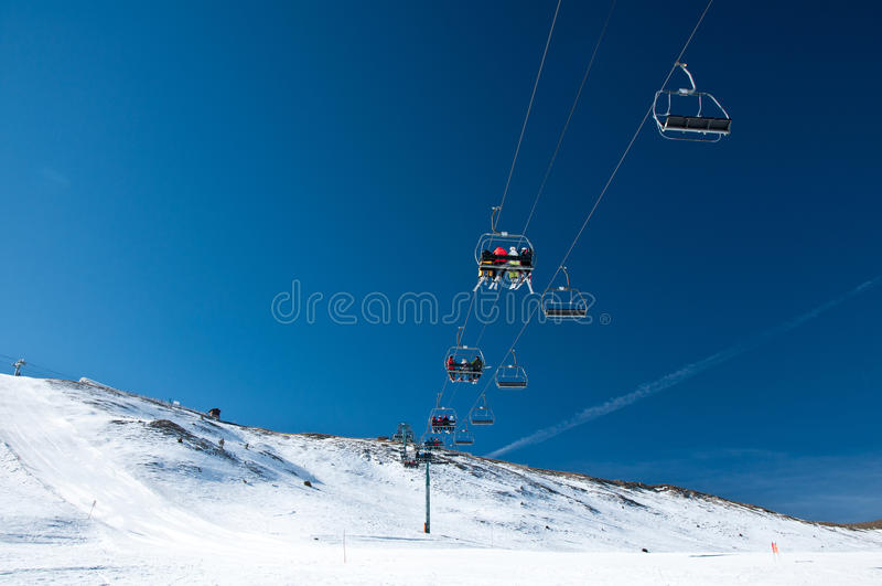 Povos no elevador de esqui imagens de stock royalty free