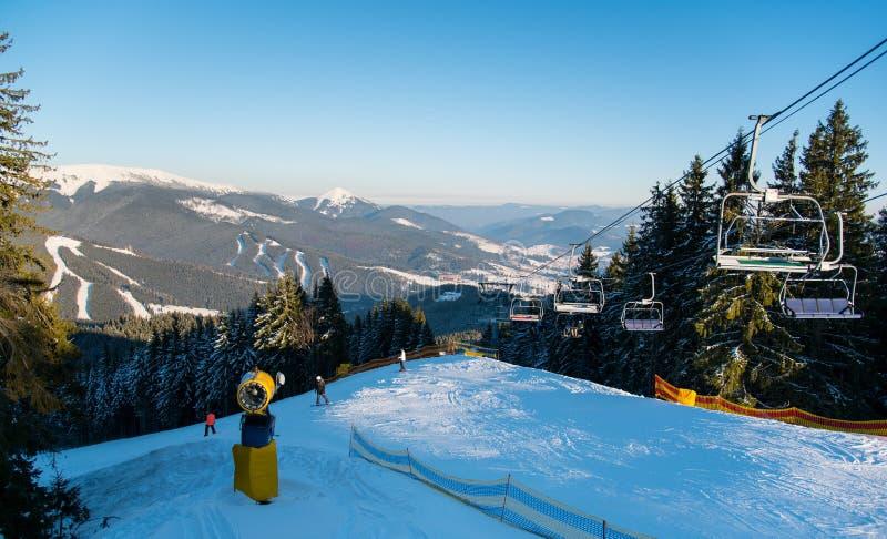 Povos no elevador de esqui nas montanhas fotografia de stock