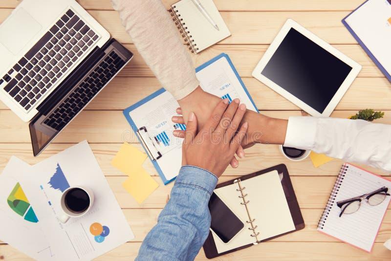 Povos no escritório Os trabalhos de equipa, equipe conectam a unidade das mãos fotografia de stock