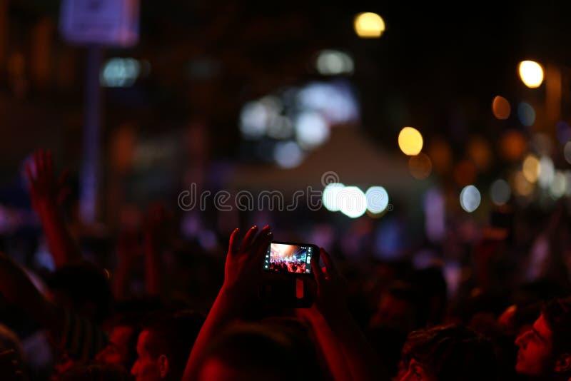 Povos no festival de música do ar livre na noite imagem de stock