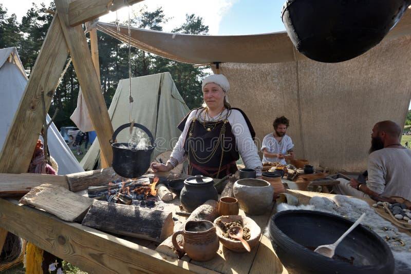 Povos no festival internacional da arqueologia experimental imagens de stock royalty free
