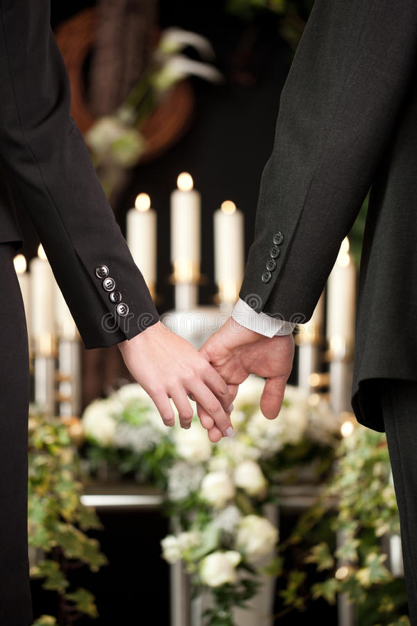 Povos no funeral que consola-se foto de stock royalty free