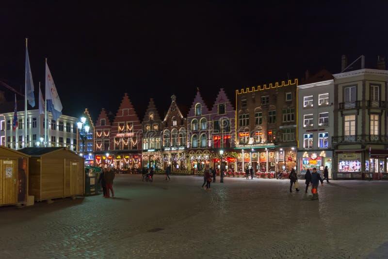 Povos no grande mercado Markt no centro de Bruges, cena da noite fotografia de stock royalty free