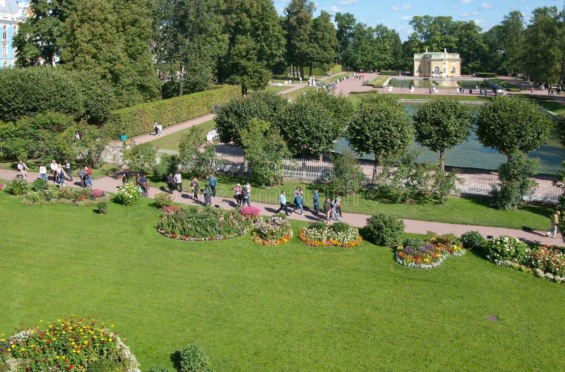 Povos no jardim de Freylinsky pushkin Tsarskoye Selo Rússia foto de stock