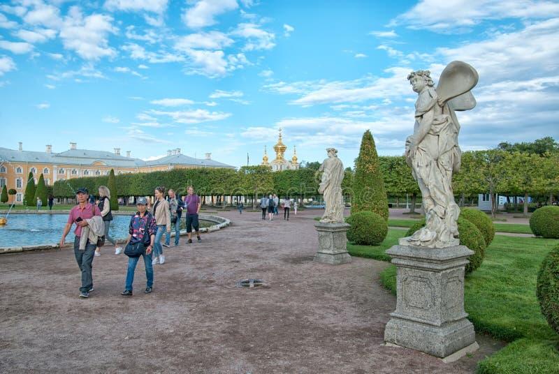 Povos no jardim superior da conserva Peterhof do museu do estado Rússia imagem de stock royalty free