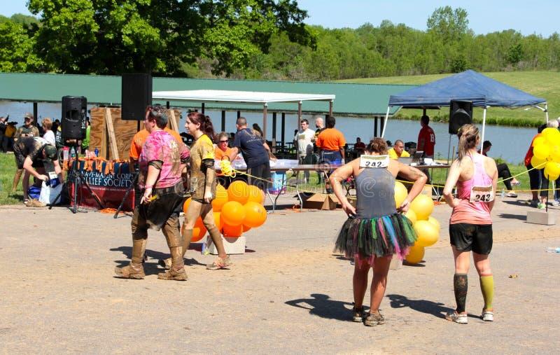 Povos no lago navy, local da corrida anual 2014 da lama de Millington naval da estação imagem de stock royalty free