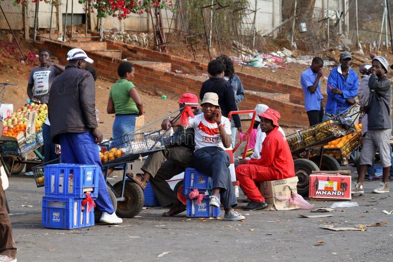 Povos no mercado africano de Bulawayo em Zimbabwe fotografia de stock