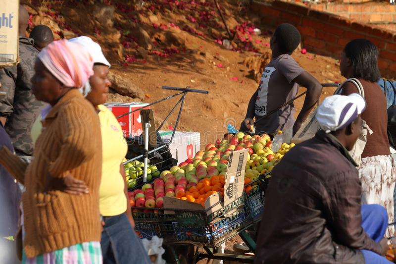 Povos no mercado africano de Bulawayo em Zimbabwe foto de stock