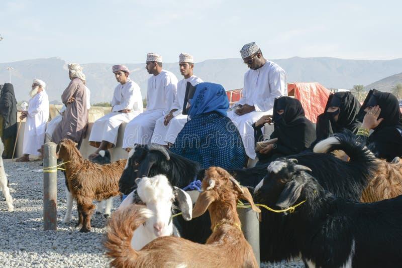 Povos no mercado da cabra em Omã foto de stock