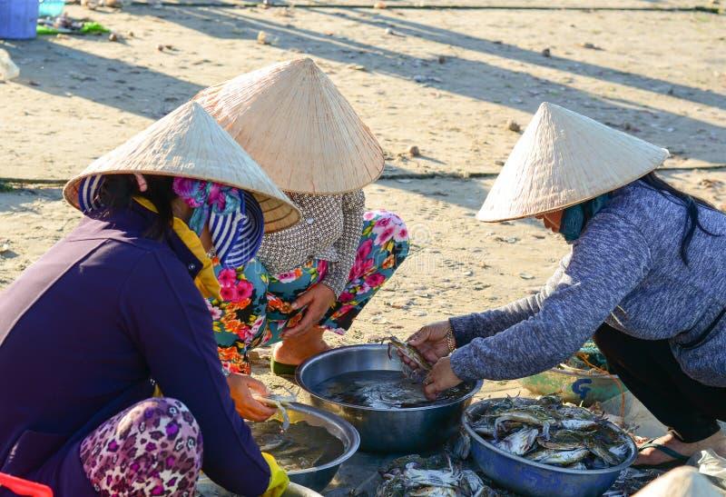Povos no mercado de peixes em Phan Thiet, Vietname fotografia de stock