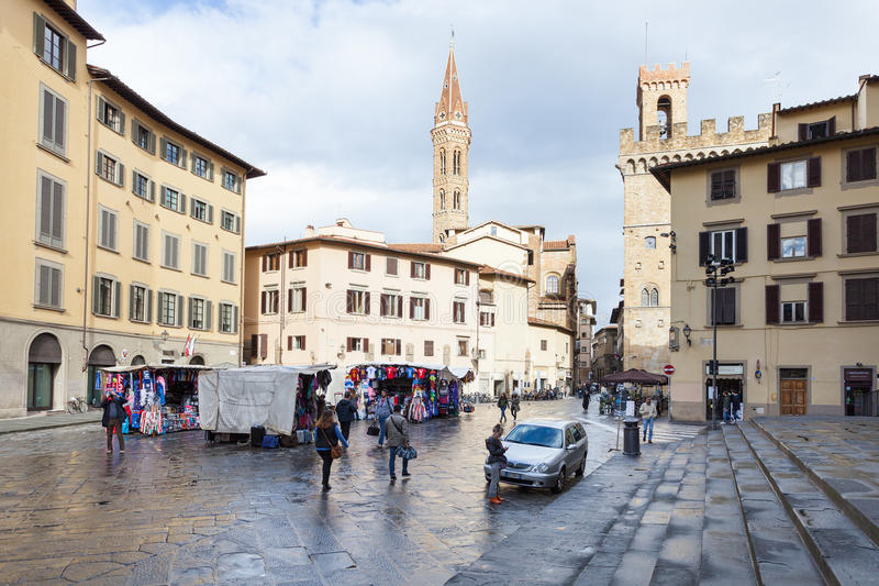 Povos no mercado de rua na praça San Firenze fotografia de stock royalty free