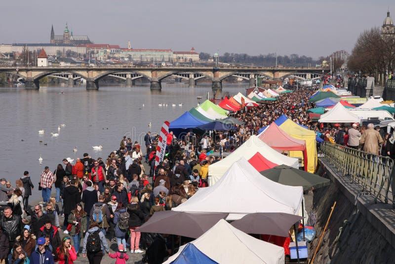 Povos no mercado popular dos fazendeiros no riverbank de Naplavka em Praga fotografia de stock royalty free