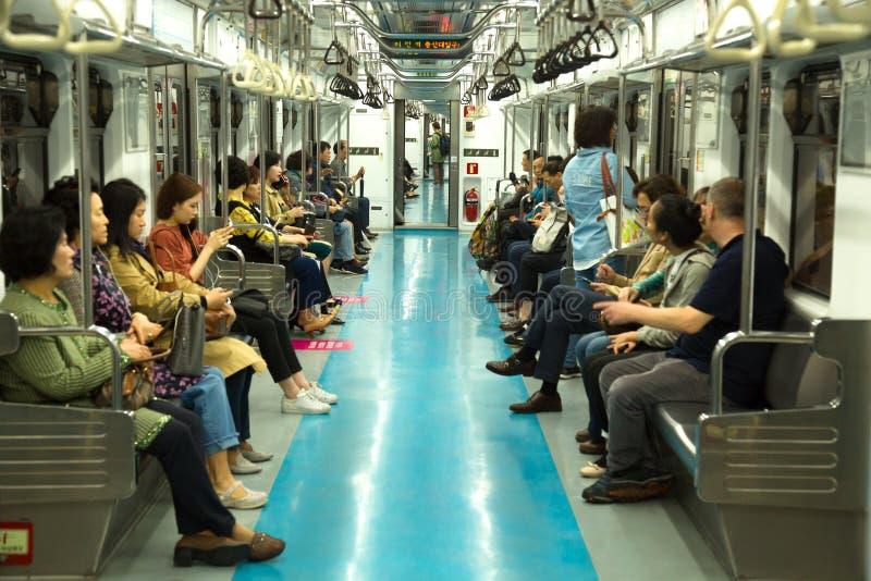 Povos no metro em Coreia do Sul imagens de stock