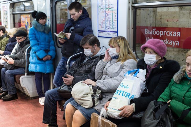 Povos no metro nas ataduras da gaze protegidas contra a gripe de suínos imagem de stock royalty free