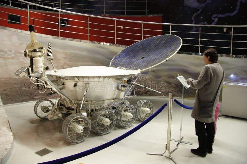 Povos no museu da astronáutica imagens de stock